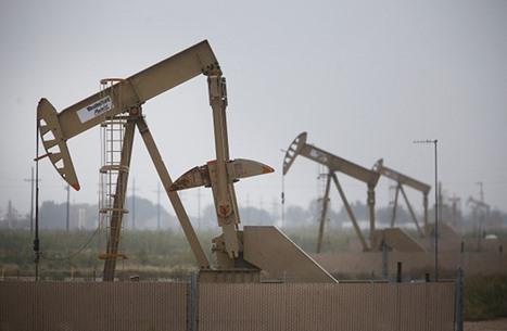 النفط يعوض خسائره بعد هبوط حاد للمخزونات الأمريكية