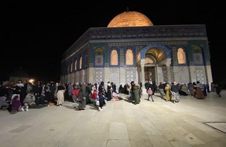 """المسجد الأقصى يفتح أبوابه للصائمين.. """"فرحة غامرة"""" (شاهد)"""