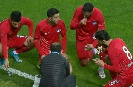 لاعبون يستغلون توقف المباراة للإفطار في أول أيام رمضان (شاهد)