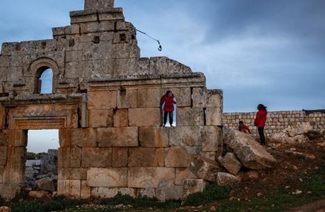 سوريون يعيشون بين الأنقاض الرومانية هربا من ويلات الحرب