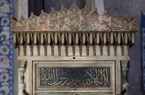 أمير سعودي يهاجم تركيا لاحتفاظها بأجزاء من الحجر الأسود