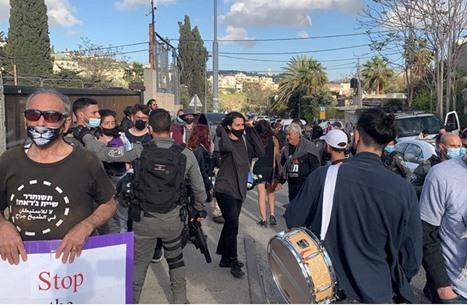 """الاحتلال يقمع وقفة احتجاجية في """"الشيخ جراح"""" بالقدس (شاهد)"""