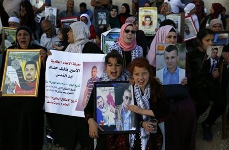 نقل عشرات الأسرى للمشافي.. الاحتلال يتعنت والإضراب يتواصل