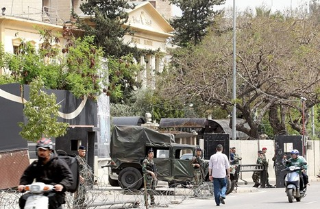 موكب سياسي لبناني يوقف مئات السيارات (شاهد)