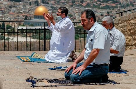 أداء صلاة جمعة رمضان الأولى بالأقصى رغم معيقات الاحتلال