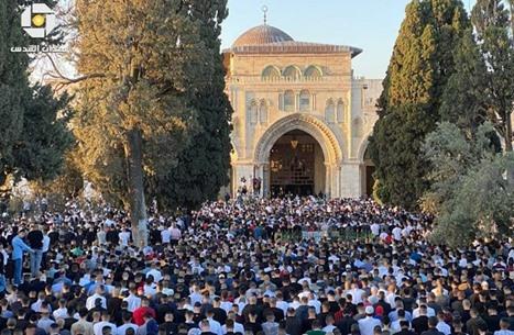 """جموع غفيرة تصلّي العيد بـ""""الأقصى"""".. دعاء وهتافات لغزة (شاهد)"""