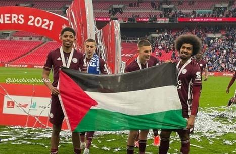 علم فلسطين حاضر في تتويج ليستر سيتي بلقب كأس إنجلترا