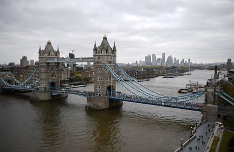 رفع الأذان بحضور كبير للمسلمين من أعلى جسر بلندن (شاهد)