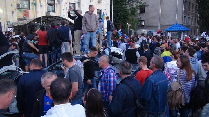أوكرانيون يحتجون أمام السفارة الروسية - أوكرانيون يحتجون أمام السفارة الروسية (8)