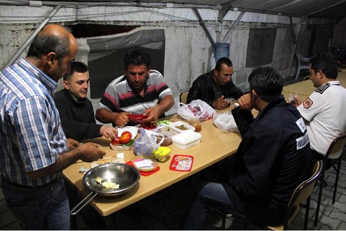 السوريون في تركيا.. سحور بطعم مرارة اللجوء - السوريون في تركيا.. سحور بطعم مرارة اللجوء (2)