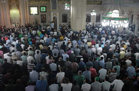 """آلاف الأتراك يحيون """"ليلة القدر"""" في مساجد اسطنبول"""