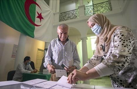 الجزائريون ينتخبون برلمانهم وسط تحشيد للمشاركة والمقاطعة
