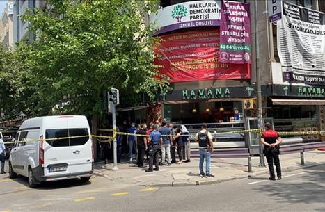 """مقتل سيدة في هجوم على مبنى """"الشعوب الديمقراطي"""" بإزمير"""
