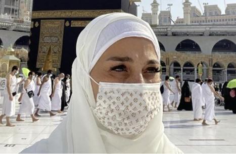 """""""فلاتر"""" مذيعة مصرية خلال دعائها بالحرم تثير انتقادات (فيديو)"""