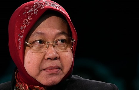 مسؤولة إندونيسية تنحني أمام الأطباء وتعتذر بسبب كورونا (شاهد)