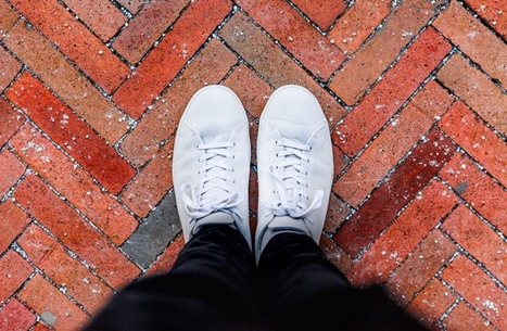 إليك أربع طرق مجربة لتنظيف الأحذية البيضاء (تفاعلي)