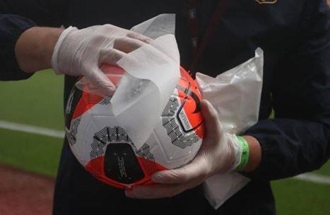 """فيروس كورونا يواصل """"التسلل"""" بين أندية الدوري الإنجليزي"""