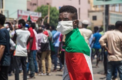 احتجاجات ضد حكومة السودان.. والفيضانات تدمر مناطق واسعة