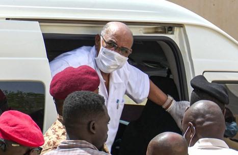 نقل البشير إلى أحد المستشفيات السودانية بعد تدهور صحته