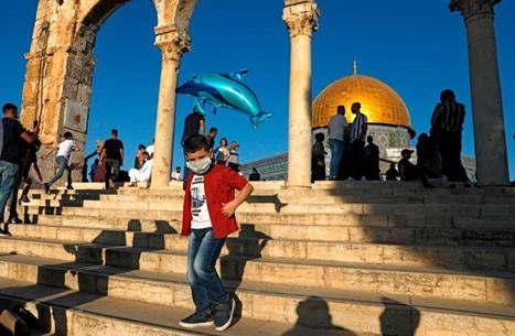 """الاحتلال يزيل لافتة تجمع الأقصى و""""آيا صوفيا"""" بالقدس (صورة)"""