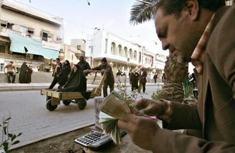 """إيرانيون يهرعون لأسواق الصرافة بعد """"انهيار التومان"""" (فيديو)"""