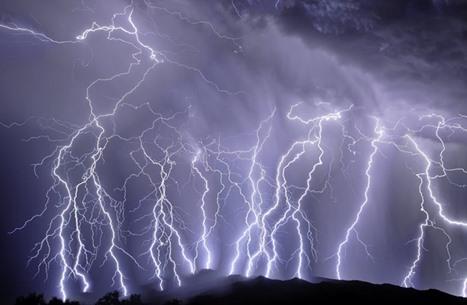 عاصفة مطرية غير اعتيادية تضرب الرياض وبروق كثيفة (شاهد)