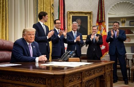 صحف: تصفيق في واشنطن وتعقيدات جديدة بالشرق الأوسط