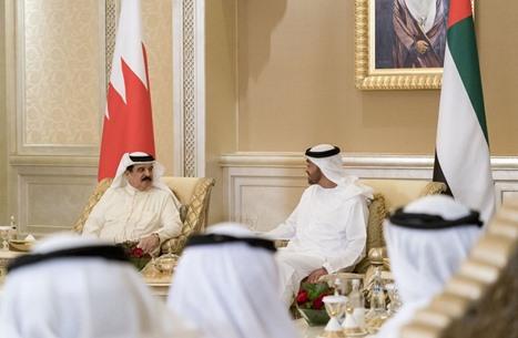 ملك البحرين يهنّئ ابن زايد باتفاق التطبيع مع الاحتلال