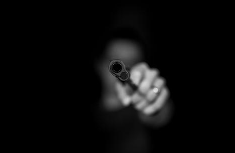 أمريكي يشهر سلاحه بفندق لفرض التباعد الاجتماعي