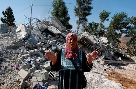 الاحتلال يخطر 21 فلسطينيا بهدم منازلهم بالضفة الغربية