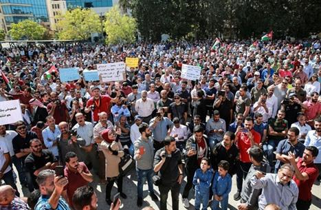 نشطاء يربطون أرقام كورونا بالمعلمين ورئيس وزراء الأردن يعلق