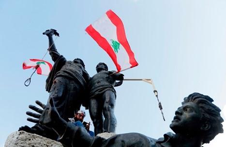 """حكومة لبنان تترنح على وقع الاستقالات وحزب الله """"يعومها"""""""