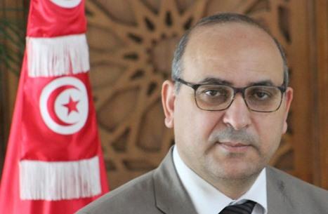 نائب تونسي يبيع كتبه وأخرى بلا علاج بسبب تجميد البرلمان