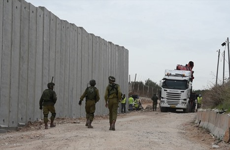 """الاحتلال يبدأ بإقامة """"عائق"""" وتحصينات قرب الحدود مع لبنان"""