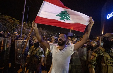 """وقفة في بيروت تطالب بنزع السلاح """"غير الشرعي"""""""