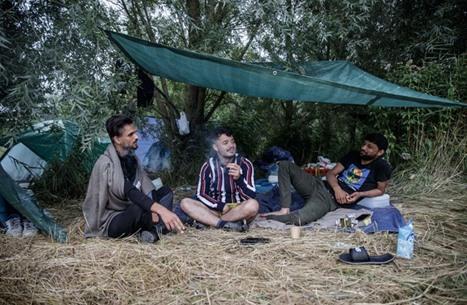 قرار فرنسي بمنع تقديم الطعام للمهاجرين.. واحتجاجات