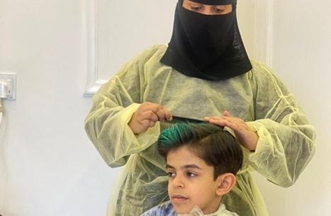"""فيديو """"أول حلّاقة سعودية"""" يثير جدلا بمواقع التواصل (شاهد)"""