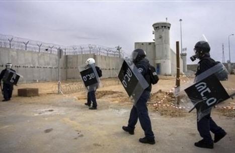 هيئة: الاحتلال ينتقم بشكل جماعي من الأسرى في معتقل نفحة
