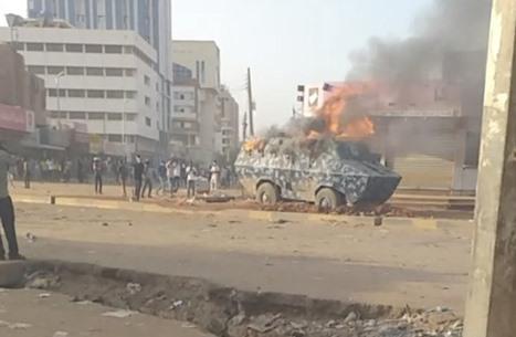 محتجون يحرقون مدرعة للشرطة وسط الخرطوم (فيديو)