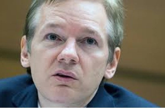 """مؤسس """"ويكيليكس"""" يرفض لقاء الممثل الذي يجسد شخصيته"""