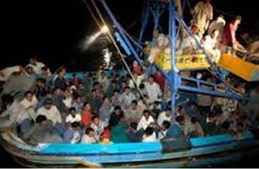مقتل 50 مهاجرًا في غرق قارب عند مضيق صقلية