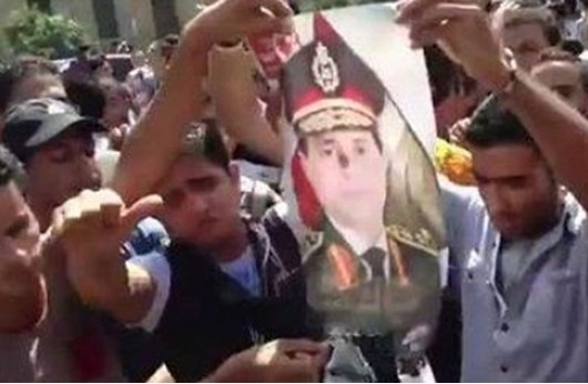 أنصار مرسي يحرقون صور السيسي في جامعة الأزهر