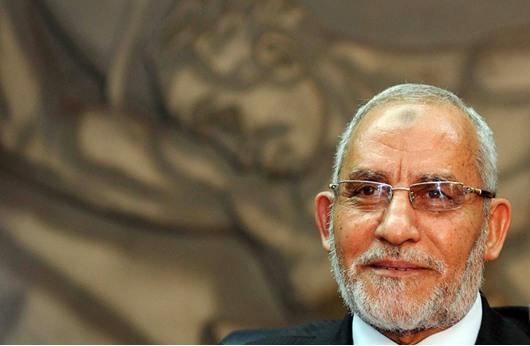 محمد بديع: ضابط مصري شتمني أثناء محاكمتي