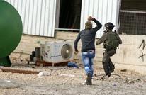 صورة فلسطيني يلاحق جندي بالحجارة تشعل فيسبوك وتويتر