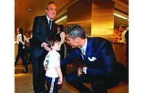 شاب فلسطيني يفاجئ رونالدو بهدية رائعة بسبب مواقفه النبيلة (صورة)
