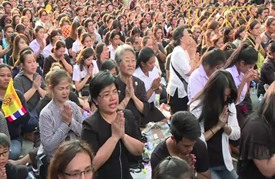 عشرات آلاف التايلانديين يبكون عند مرور الموكب الجنائزي للملك