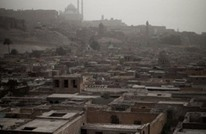 سيدة فقيرة تحت المطر تشعل مواقع التواصل في مصر (صورة)
