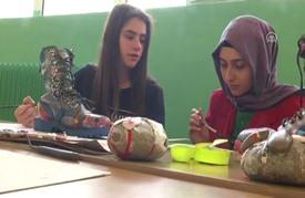 أحذية عسكرية تنبت أزهارا في مدرسة تركية