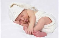 صورة نادرة لطفلة ولدت قبل أوانها وبابتسامة طريفة (شاهد)