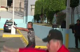عناصر الشرطة في المكسيك يتدربون على يد أبطال في المصارعة